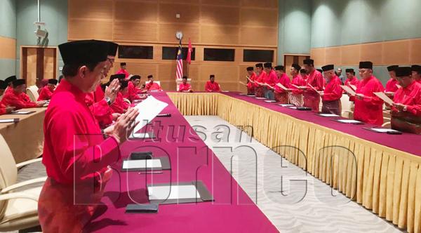 PARA pemimpin PPBM Sabah melafaz ikrar di hadapan Tun Dr Mahathir, sambil diperhatikan oleh Setiausaha Agung PPBM Datuk Marzuki Yahya.