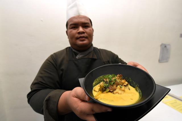 Chef Quinara Al Safir Resort, Faizuddin Yusof menunjukkan juadah istimewa sempena Ramadan iaitu daging rusa salai masak lemak cili api ketika ditemui baru-baru ini.