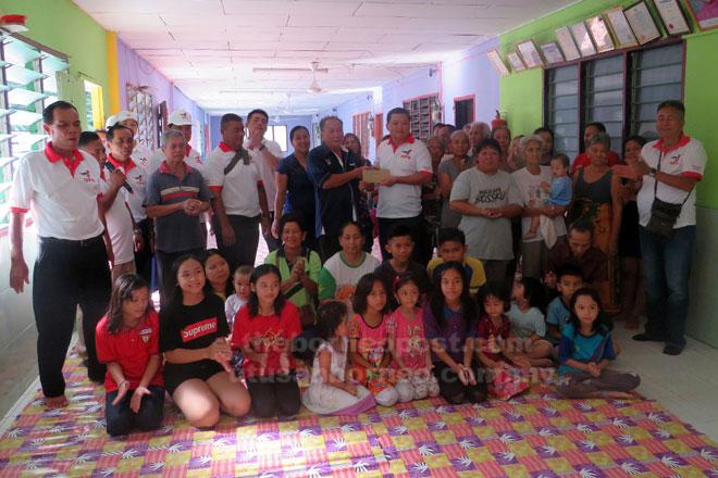 Huang (tengah) nyuaka geran MRP ngagai Tuai Rumah Naning Undong.