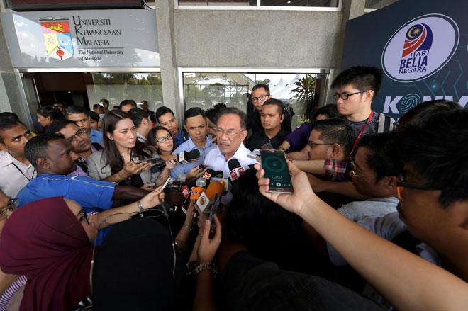Anwar menjawab pertanyaan para pengamal media pada Konvensyen Belia Kebangsaan 2019 bertemakan 'Agenda Warga Digital' sempena Hari Belia di Universiti Kebangsaan Malaysia (UKM), Bangi, semalam. — Gambar Bernama