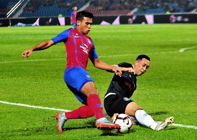 Pemain Pahang, Norshahrul Idlan Talaha (kanan) merampas bola dari pemain JDT, Muhammad Safawi Rasid pada perlawanan Liga Super Malaysia di Stadium Tan Sri Hassan Yunus Larkin, Johor Bahru malam kelmarin. — Gambar Bernama