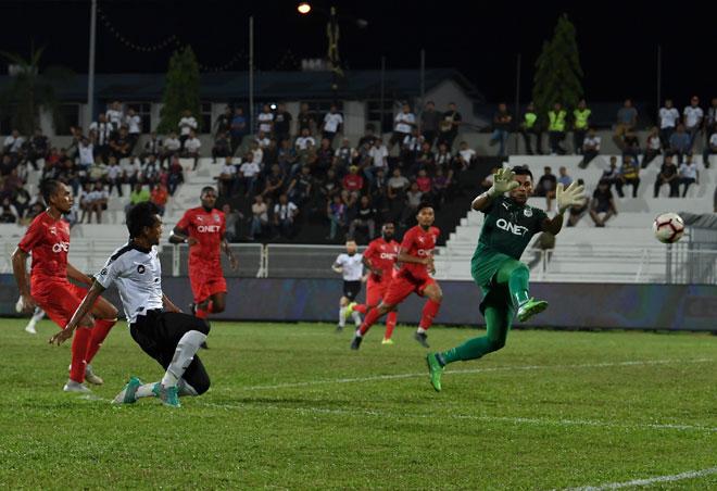 Pemain TFC Mohamad Ashari Samsudin (dua kiri) berjaya menjaringkan gol ketika menentang pasukan PJ City pada saingan Liga Super 2019 di Stadium Sultan Ismail Nasiruddin Shah, Kuala Terengganu malam kelmarin. — Gambar Bernama