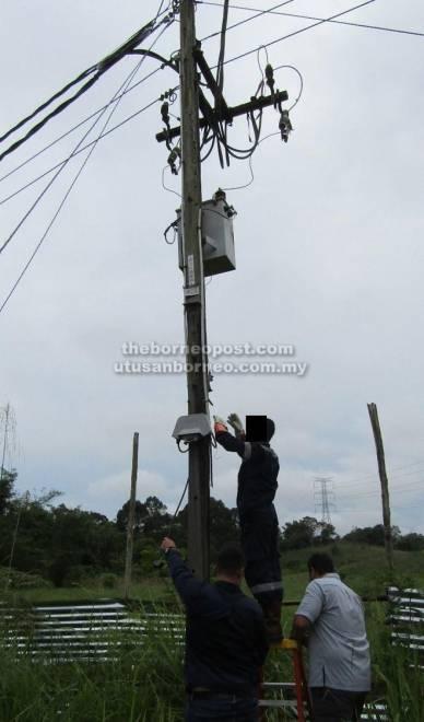 Pasukan Pemeriksa Meter SESCO memutuskan sambungan elektrik secara haram.