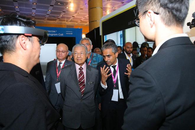 Hii menunjukkan demonstrasi penggunaan Hololens kepada Dr Mahathir.