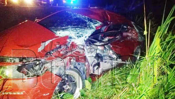 KEADAAN kereta sedan yang remuk teruk selepas bertembung dengan lori lima tan di Kampung Tanaki.