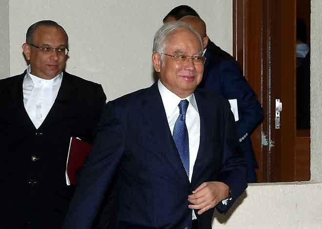 Najib ketika keluar dari mahkamah selepas pengurusan kes yang dihadapinya berhubung tujuh pertuduhan membabitkan dana SRC International Sdn Bhd berjumlah RM42 juta di hadapan Hakim Mahkamah Tinggi Mohd Nazlan Mohd Ghazali, Kuala Lumpur, semalam. — Gambar Bernama