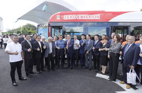 Abang Johari serta yang lain memperkenalkan bus hidrogen pertama Sarawak pada pelancaran loji dan stesen hidrogen pertama di Sarawak hari ini. - Gambar Chimon Upon