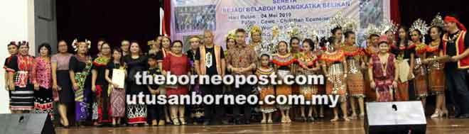 Snowdan (tengah) merakamkan gambar bersama penerima sijil tamat kelas kebudayaan ASADIA.