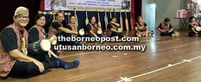 Persembahan betaboh atau muzik Iban oleh peserta-peserta ASADIA.