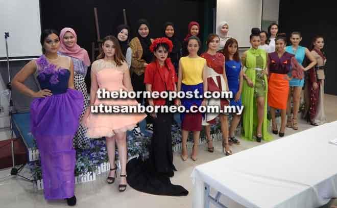 Sepuluh pelajar Kolej Komuniti Kuching tampil bersama rekaan masing-masing yang diperagakan oleh model.