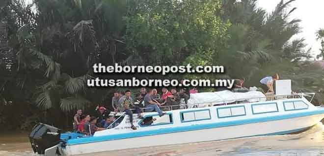 Gambar dari Facebook yang menunjukkan penumpang duduk di atas bot laju dalam perjalanan dari Daro ke Sarikei.