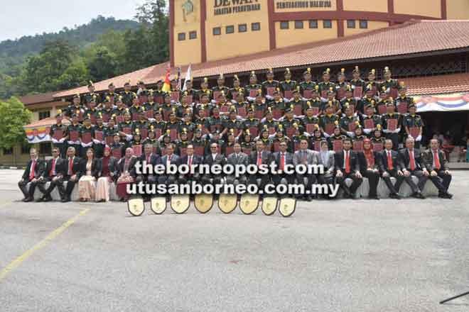 Para penerima sijil bergambar bersama Tengku Zulpuri Shah (sepuluh kiri) serta pegawai-pegawai kanan JPSM, JHS  dan pensyarah di FORTRAIN.