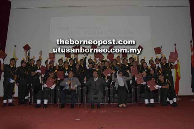 Penerima sijil dari Sarawak bergambar bersama Hamden (duduk tengah), Abang Ahmad (dua kiri) dan Pegawai Tadbir JHS Rusmaliza Mat Derus (dua kanan).