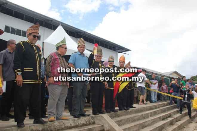 Uggah (empat kiri) melepaskan upacara lumba kerbau di Batu Danau semalam disaksikan (dari kiri) Hasbi, Henry, Dr Abdul Rahman, Paulus dan Antonio.