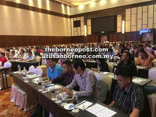 Sebahagian daripada para peserta dan wakil pihak industri menumpukan perhatian mengenai pembentangan bertajuk 'Analisa Penguatkuasaan dan Pematuhan Peraturan-Peraturan Kualiti Alam Sekeliling (Buangan Terjadual) 2005 di Sarawak' oleh Zaharizam.