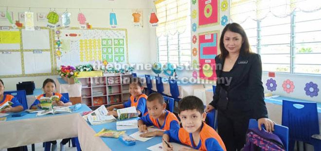 Penyelia Pembimbing Program Pemantapan Budaya PAK-21, Jacqueline Martin memantau program di SK Sungai Selidap.