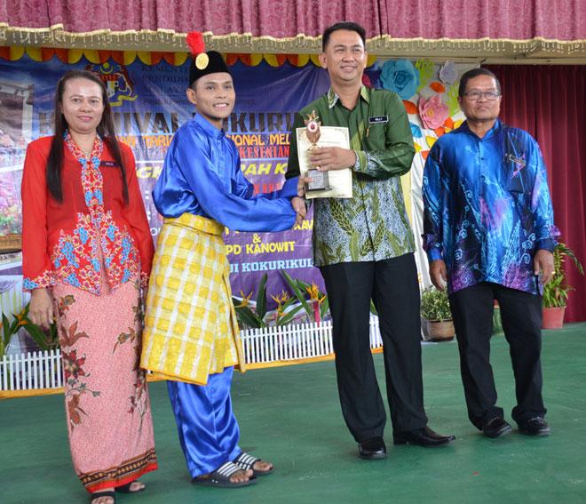 Wakil dari SMK Nanga Dap yang merangkul johan kategori sekolah menengah pertandingan tarian Daerah Kanowit menerima hadiah daripada Willy.