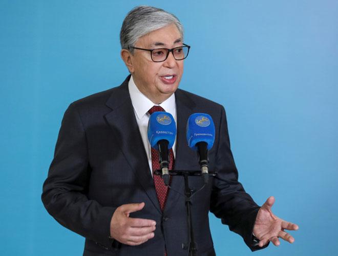 Tokayev menyampaikan amanatnya semasa pilihan raya presiden di Nur-Sultan, Kazakhstan kelmarin. — Gambar Reuters