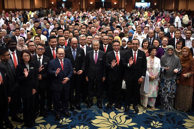 Dr Mahathir (tengah) bersama para penjawat awam pada majlis Amanat Perdana Menteri Bersama Penjawat Awam Negeri Melaka di Kompleks Seri Negeri, Ayer Keroh semalam. Turut kelihatan, isteri Perdana Menteri, Tun Dr Siti Hasmah Mohd Ali (tiga kanan). — Gambar Bernama
