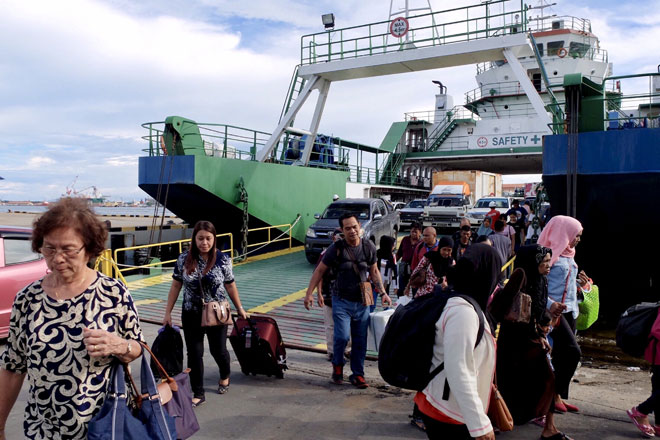 Kesesakan di Terminal Feri Menumbok apabila orang ramai mulai pulang ke Labuan sejak tiga hari lepas berikutan cuti musim perayaan akan berakhir. — Gambar Bernama