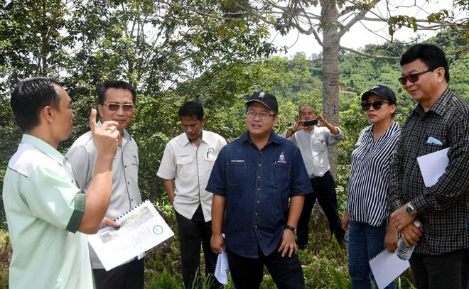 Ewon (empat kiri) mendengar taklimat ketika melakukan lawatan ke Mesej Kampung Timpangoh Laut Penempang semalam. — Gambar Bernama