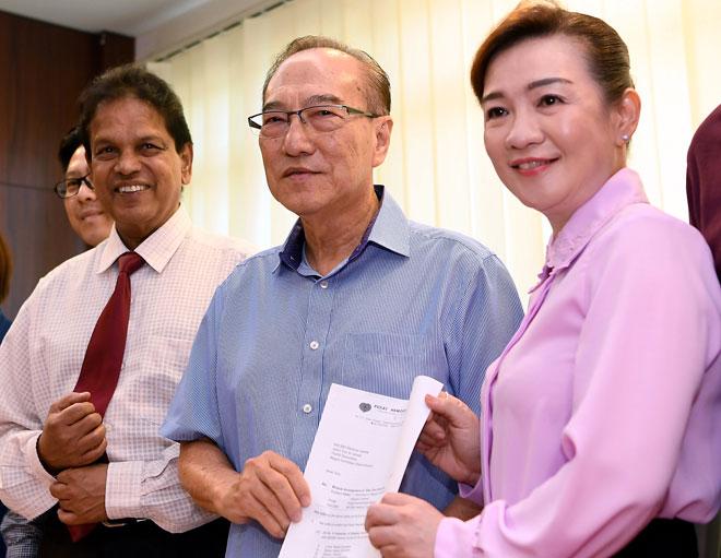 Hon (dua, kanan) bergambar  bersama Pengerusi Pusat Hemodialisis Mawar, Datin Chua Lay Peng (kanan) selepas sidang media mengenai NSCMH mengambil alih operasi 11 cawangan Pusat Hemodialisis Mawar (PHM) berkuatkuasa semalam. — Gambar Bernama
