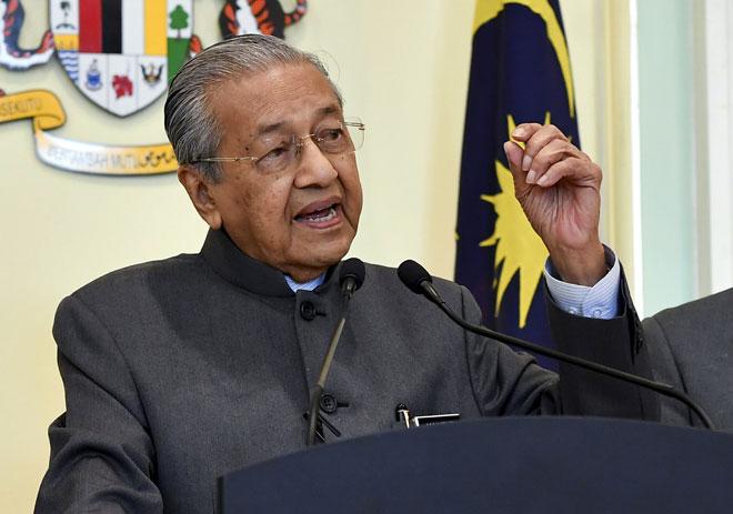 Dr Mahathir Mohamad semasa sidang media selepas mempengerusikan Mesyuarat Majlis Tindakan Ekonomi (EAC) di Bangunan Perdana Putra semalam. — Gambar Bernama