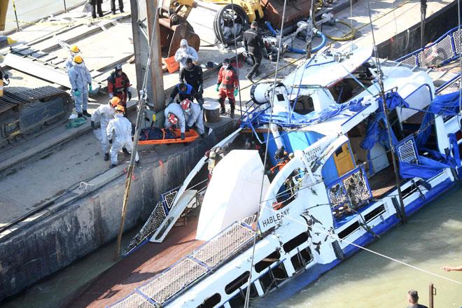 Anggota penyelamat Hungary mengangkat mayat dari bot pelancongan Mermaid, yang karam selepas berlanggar dengan kapal persiaran di Sungai Danube pada 29 Mei lalu, di Budapest semalam. — Gambar AFP