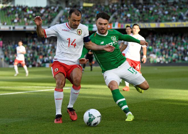 Chipolina (kiri) bersaing dengan pemain Ireland, Scott Hogan pada perlawanan kelayakan Euro 2020 di Stadium Aviva, Dublin kelmarin. — Gambar AFP