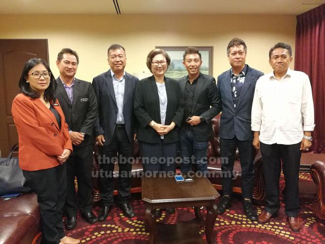 Christina (tengah) dan Aaron (tiga kanan) bersama wakil delegasi dan STB yang hadir pada kunjungan hormat itu.