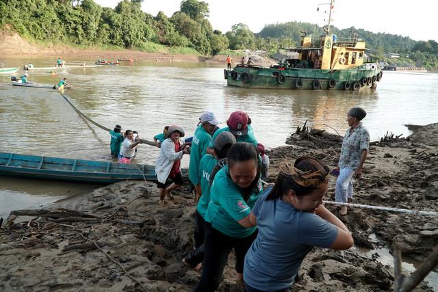 Seramai 70 anak-anak muda kampung Long Puak bersama sukarelawan untuk sama-sama membantu mencurahkan tenaga dalam projek gotong royong saliran air bersih buat pertama kalinya selepas lebih 28 tahun bergantung hidup kepada air hujan - Gambar Bernama