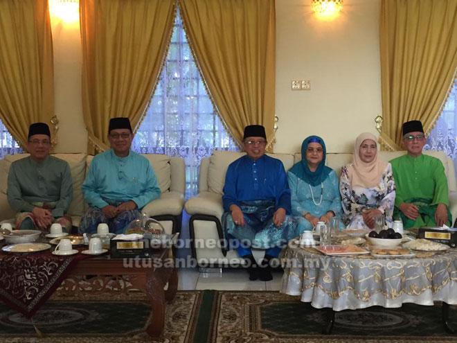 Abang Johari (tiga ari kiba) begulai enggau Juma'ani (tiga ari kanan) lebuh ngabang pengerami Hari Raya ba rumah Temenggung Datuk Wan Hamid Edruce (kanan) ba Jalai Jasmin.