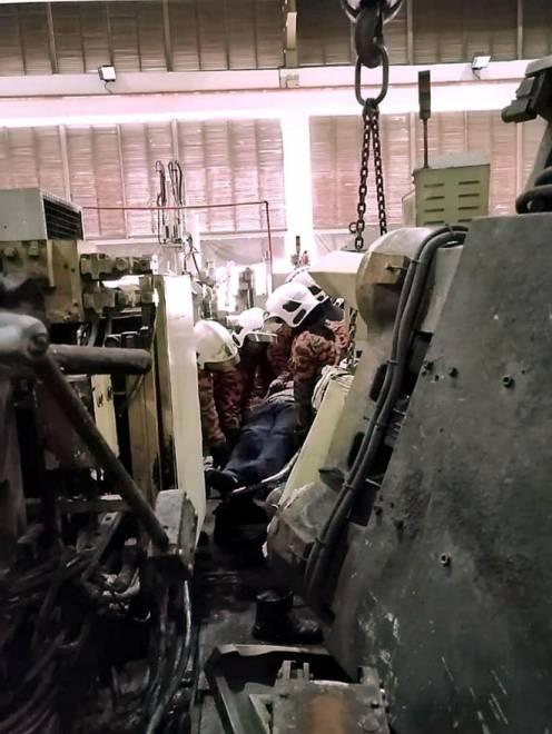 Seorang penyelia syarikat maut akibat dihempap sebuah mesin dalam kejadian di sebuah kilang di Jalan Firma 3, Kawasan Perindustrian Tebrau IV, di Johor Bahru semalam. — Gambar Bernama