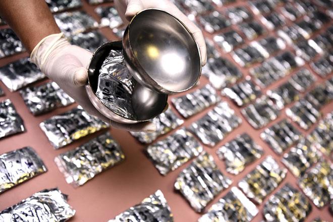 Anggota Polis dari Jabatan Siasatan Narkotik Polis Diraja Malaysia Bukit Aman menunjukkan cara dadah yang disorokkan dalam 154 mangkuk besi ketika sidang media berhubung kejayaan Polis Diraja Malaysia (PDRM) merampas 6.2 KG dadah dari sebuah pejabat syarikat kurier pada sidang media  di Ibu pejabat Polis Daerah Cheras, Kuala Lumpur semalam. — Gambar Bernama
