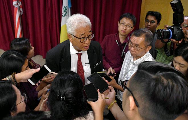 Phee menjawab pertanyaan daripada para pengamal media arus perdana berkaitan isu sampah plastik di negeri Pulau Pinang di Kompleks Tun Abdul Razak (KOMTAR), George Town, semalam. — Gambar Bernama