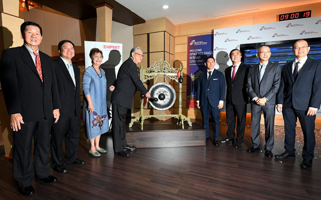 Pengerusi Eksekutif HPMT Holdings Berhad, Datuk Khoo Yee Her (tiga kiri) dan Khoo Seng Giap (empat kanan) merasmikan Majlis Penyenaraian HPMT Holdings Berhad pada Pasaran Utama Bursa Malaysia di Bursa Malaysia Berhad, Kuala Lumpur, semalam. — Gambar Bernama