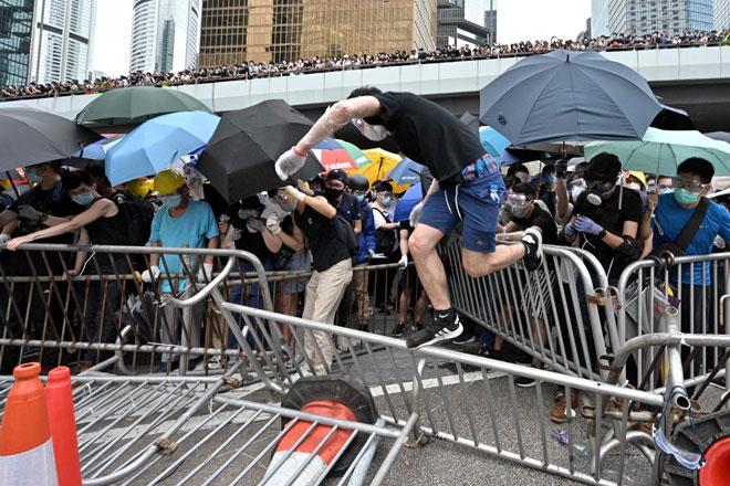 Puluhan ribu penunjuk perasaan menyekat jalan utama berhampiran                dengan Dewan Perundangan dan ibu pejabat kerajaan di Hong Kong semalam. — Gambar AFP