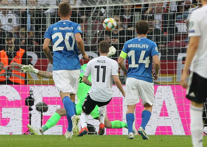 Reus menjaringkan gol pembukaan perlawanan ketika membantu Jerman membelasah Estonia pada aksi kelayakan Euro 2020 di Mainz, Jerman kelmarin. — Gambar AFP