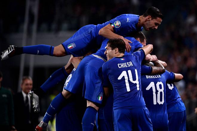 Para pemain Itali meraikan jaringan Verratti (tidak kelihatan) pada perlawanan kelayakan Euro 2020 menentang Bosnia di Stadium Allianz, Turin kelmarin. — Gambar AFP