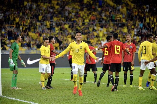 Pemain Harimau Malaya Muhammad Shahrel Fikri (tengah) meraikan jaringannya ketika menentang Timor-Leste di Stadium Nasional Bukit Jalil, Kuala Lumpur malam kelmarin. — Gambar Bernama