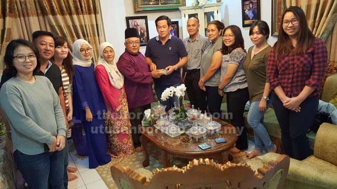 Rahman (enam kiri) menjamu kuih kepada pemilik Borneo Empurau Farm Sdn Bhd Dato Yong Fook Heng sambil disaksikan isteri Rahman, Datin Sadiah Morsidi (lima kiri) dan tetamu lain.