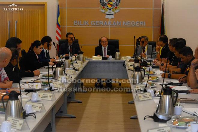 Uggah (tengah) mempengerusikan mesyuarat Jawatankuasa Pengurusan Bencana Negeri mengenai rabies semalam. Turut kelihatan Ik Pahon (kiri).