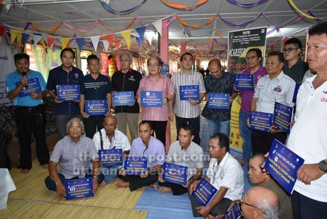 Uggah (lima kiri) bersama yang lain pada Majlis Perasmian Sesi Dialog Pembangunan Sosial  di Rumah Dau Gandau, Temadak, Ulu Spak, Betong.