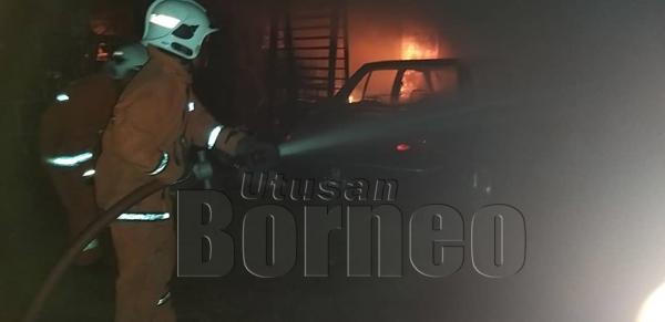 PASUKAN bomba berusaha memadam kebakaran dalam kejadian itu.