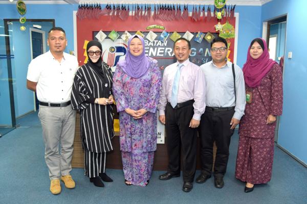 MOZAILYE (dari kiri), Rozita, Norzawiyah, Zamri, Zahimi dan Fauzrina ketika merakam gambar kenangan selepas kunjungan di Wisma Dang Bandang.