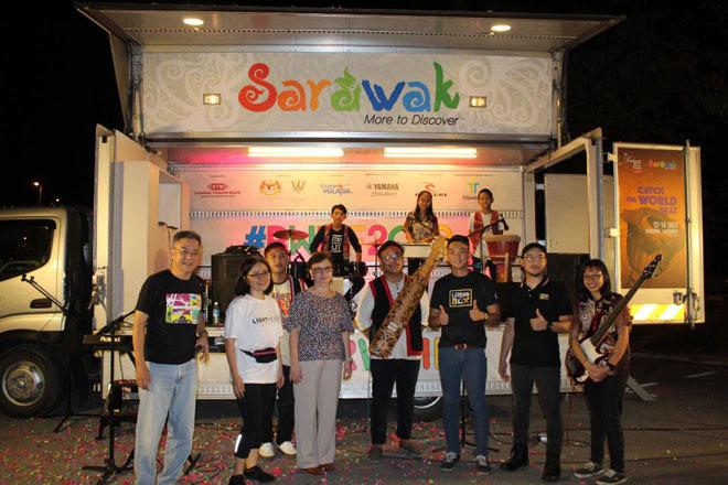 Angelina, Yu Puay dan Alan bersama Pinanak SEntah dan pengasas Urban Box Kuching pada majlis pelancaran.