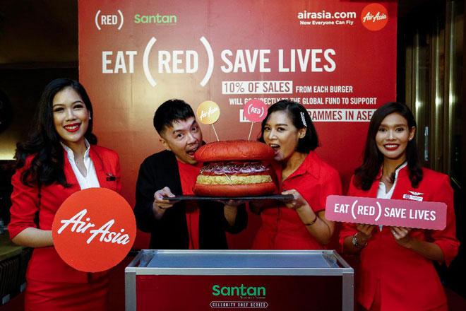 Rudy Khaw dan Hong melancarkan hidangan Burger INSP(RED) baharu bersama krew kabin AirAsia.