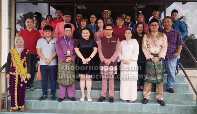Lau (depan, empat kanan) sempat merakamkan kenangan bersama warga RTM Sibu.