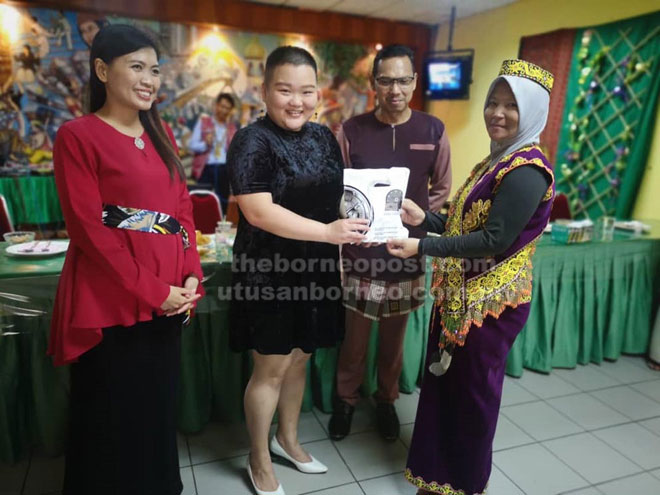 Lau (dua kiri) menyampaikan hadiah kepada Iskandar.