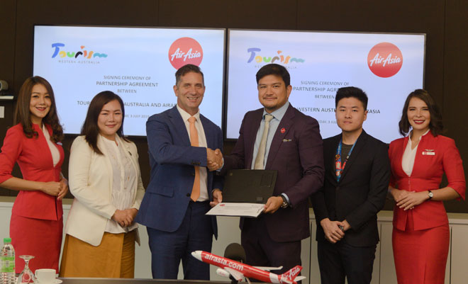Ketua Pegawai Eksekutif AirAsia X, Benyamin Ismail (tiga kanan) dan Menteri Pelancongan Australia Barat, Paul Papalia (tiga kiri) pada majlis menandatangani perjanjian pemasaran di antara Tourism Western Australia dan AirAsia X di Sepang.